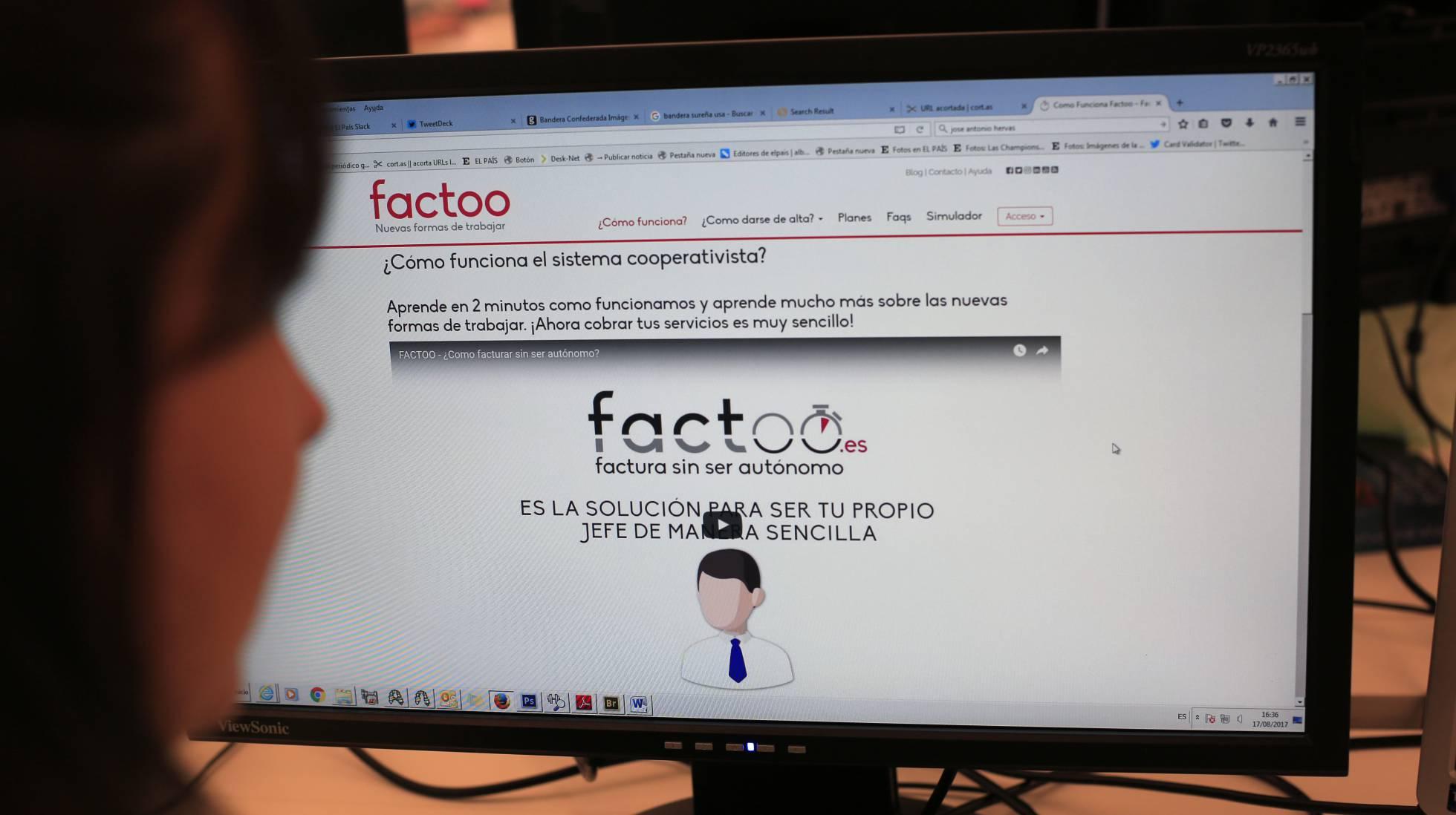 Una usuaria de la empresa Factoo ve su página web